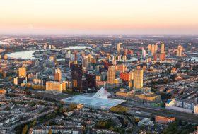 Skyline Rotterdam vanuit vliegtuig